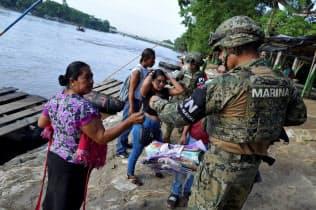 メキシコは不法移民抑制のため、国境警備を強化している(16日、南東部チアパス州)=ロイター