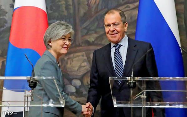会談したロシアのラブロフ外相(右)と韓国の康京和外相(17日、モスクワ)=ロイター