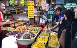 イラン経済の制裁への耐性はトランプ大統領の想定を超えている可能性も(テヘランの市場)