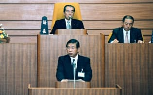 臼杵市長時代は、財政再建のため全国の自治体に先駆けてバランスシートを導入した(手前が後藤さん)