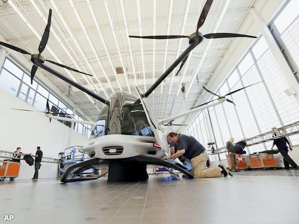 米アラカイ・テクノロジーズ社は水素燃料電池利用の垂直離着陸機を開発、交通渋滞緩和を目指している(5月、カリフォルニア州)=AP