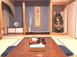 武士の甲冑が置かれ、外国人客にも人気がある民泊施設(福岡市)などに定額で泊まれる
