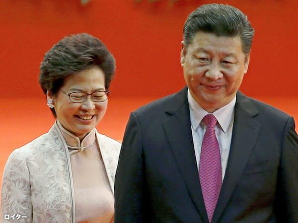 中国の習近平国家主席と香港の林鄭月娥行政長官(2017年の返還式典で)=ロイター