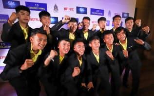 記者会見で、ネットフリックスによるタイ洞窟救出劇のドラマ化が発表され、記念写真に納まる少年サッカーチームの選手ら(4月、バンコク)=三村幸作撮影