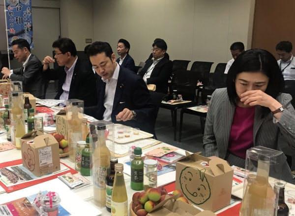 9種類の梅酒を試飲する東京、福井、埼玉、神奈川の選挙区選出の各衆院議員