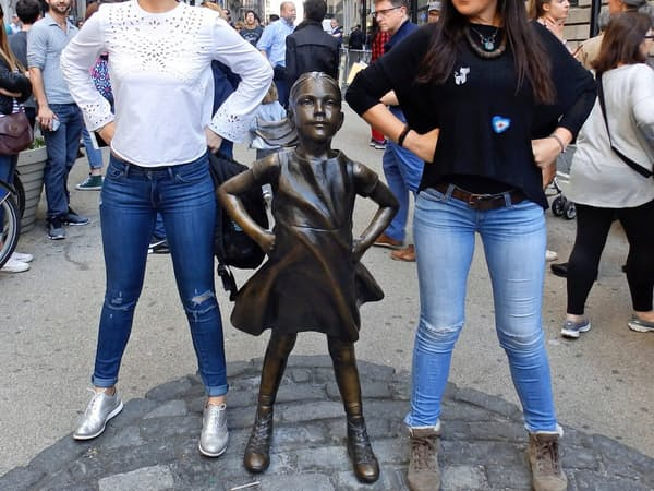 米ステートは女性役員の増加を目指して少女像をたてた