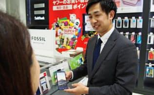 川村さんの将来の目標は「社内でアイスホッケーチームを立ち上げること」だという(東京都渋谷区のソフトバンク表参道)