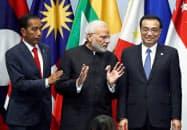インドは国内経済への影響を懸念し、大型な関税撤廃には慎重だ(2018年11月のRCEP首脳会合で記念撮影に臨むモディ首相(中))=ロイター