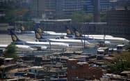 ムンバイ国際空港に駐機するインドのジェット・エアウェイズの機体(5月、ムンバイ)=三村幸作撮影
