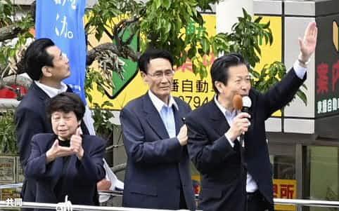 15日、兵庫県加古川市で街頭演説する公明党の山口代表(右端)=共同