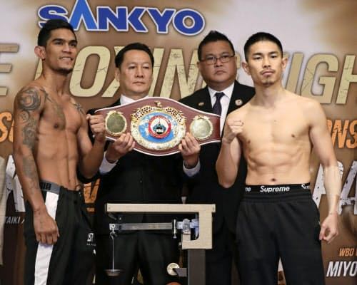 WBOスーパーフライ級王座決定戦の計量をパスした井岡一翔(右)とアストン・パリクテ(18日、東京都文京区)=共同