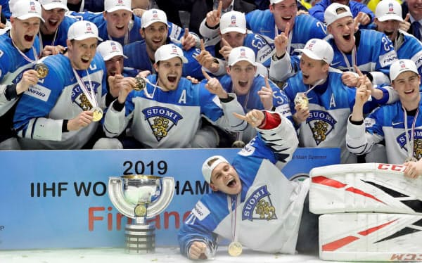 世界選手権で優勝し歓喜のフィンランド選手たち(5月26日、スロバキア)=ロイター