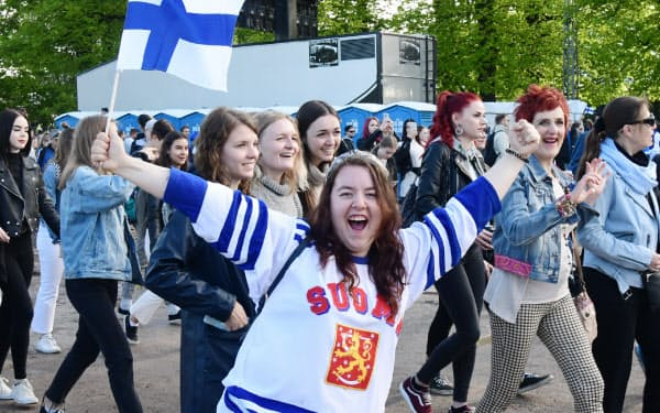 続々と祝勝イベントに詰めかける人たち(5月27日、ヘルシンキ)