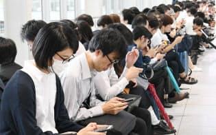 地震で電車が止まり、再開を待つ人たち(2018年6月18日、JR大阪駅)