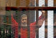 エジプトのモルシ元大統領は17日、搬送先の病院で死去した(2015年6月)=ロイター