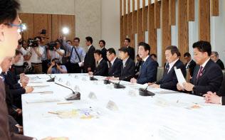 認知症施策推進関係閣僚会議であいさつする安倍首相(18日午前、首相官邸)