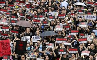 中国本土への容疑者引き渡しを可能にする「逃亡犯条例」改正案の撤回を求めデモ行進する人たち(16日、香港)=共同