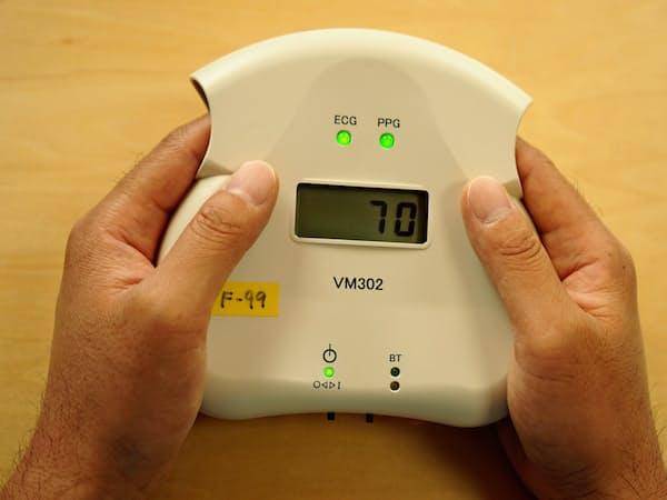 人さし指を差し込んで自律神経の活動状況を測定する