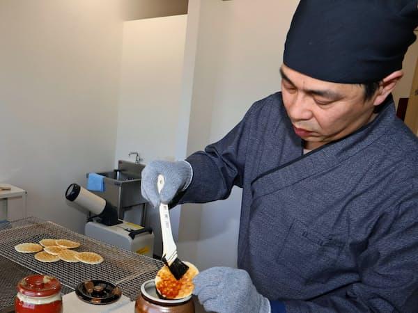 せんべいの手焼きが体験できる(秋田県潟上市の「米菓匠 鼎庵本店」)
