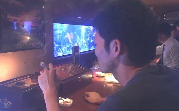 酒を飲みながらたばこを吸う人は少なくない(横浜市)