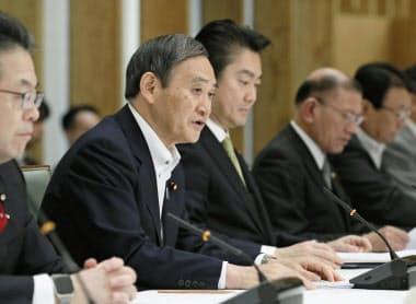外国人就労拡大の新制度について開かれた関係閣僚会議であいさつする菅官房長官(18日午前、首相官邸)=共同