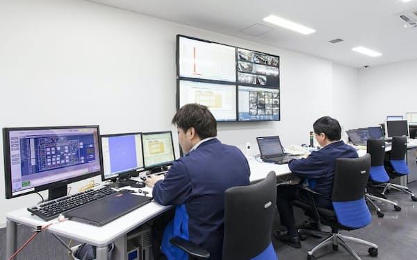 データセンターでは熟練の社員がサーバーの稼働状況の監視に当たっている
