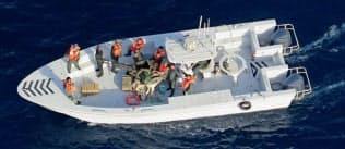 米国防総省が公表した、タンカー「KOKUKA COURAGEOUS」から不発弾を取り除いた後のイラン革命防衛隊を写したとする写真(同省提供)=共同