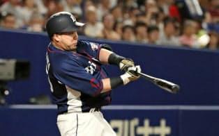 3回西武1死、山川が左中間に本塁打を放つ(18日、ナゴヤドーム)=共同