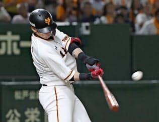 八回、代打・陽岱鋼が右越えに勝ち越し二塁打を放つ=共同