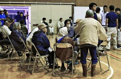 避難所となった岩船中学校の体育館に集まってきた人たち(19日午前0時12分、新潟県村上市)=共同