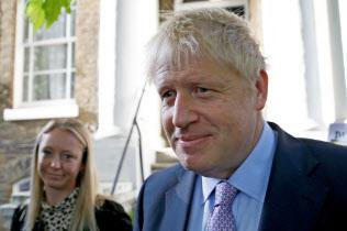 18日朝、ロンドンの自宅を出るジョンソン前英外相=ロイター