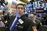 18日の取引で高騰したニューヨーク証券取引所=AP