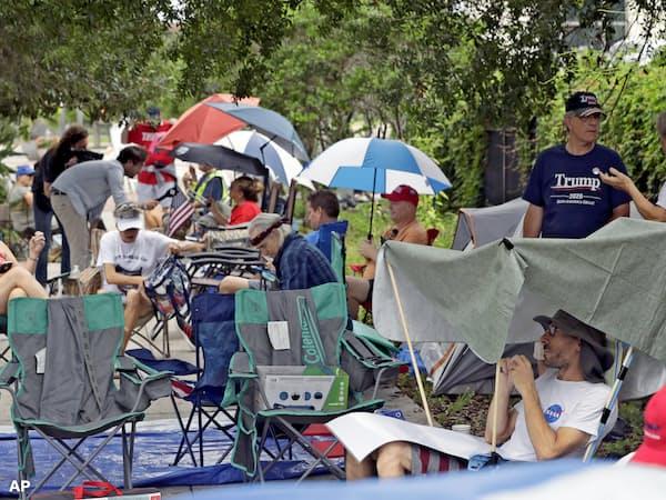 トランプ氏の選挙集会には前日から多くの人が列をなした(写真はAP)