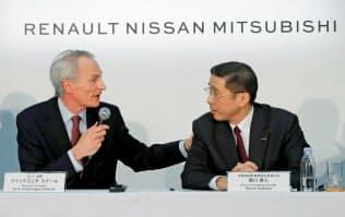 日産は4つ目の委員会を作り、ルノーのトップ2人を処遇する方向で最終調整する(西川社長(右)とスナール会長)=ロイター