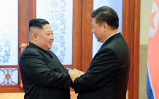 1月に北京で会談した習近平国家主席と金正恩委員長(左)=朝鮮通信・共同