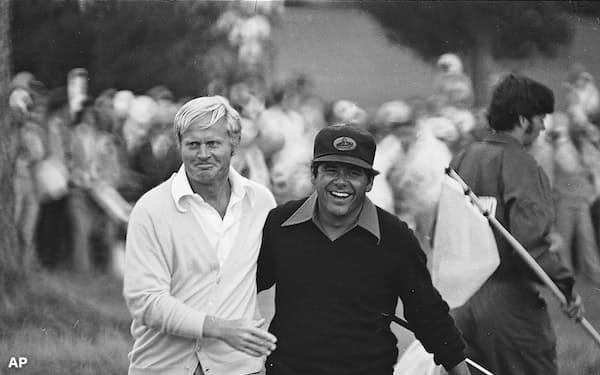 ペブルビーチ・リンクスを舞台にした1972年の全米オープンで優勝を決め、トレビノ(右)と共に18番グリーンを後にする二クラウス=AP