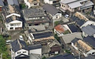 地震で屋根瓦などが被害を受けた住宅地(19日午前、山形県鶴岡市)=共同