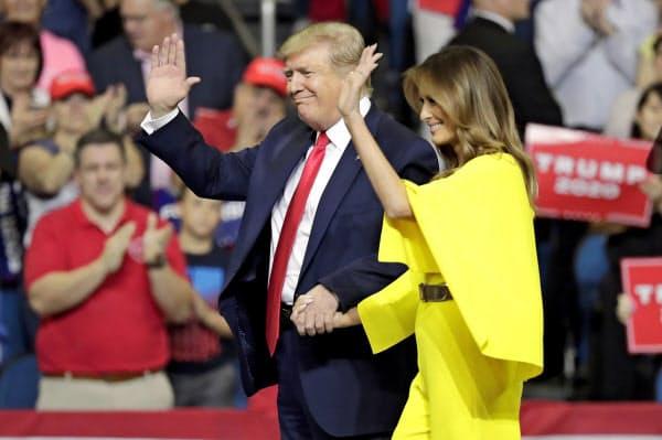 大規模集会で手を振るトランプ米大統領夫妻(AP)