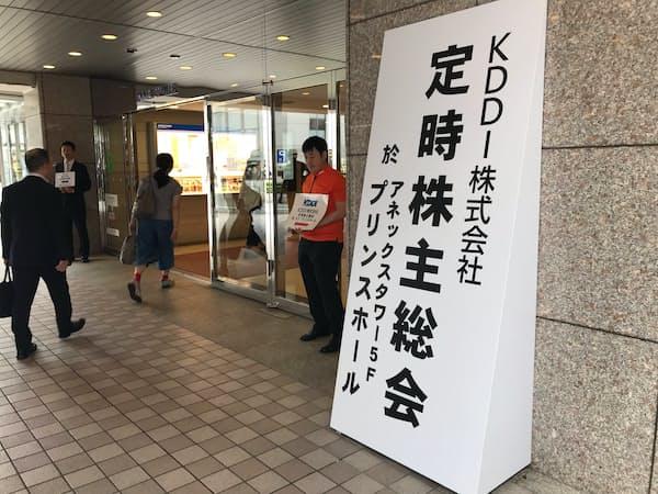 KDDIの定時株主総会に向かう株主ら(19日、東京都港区)