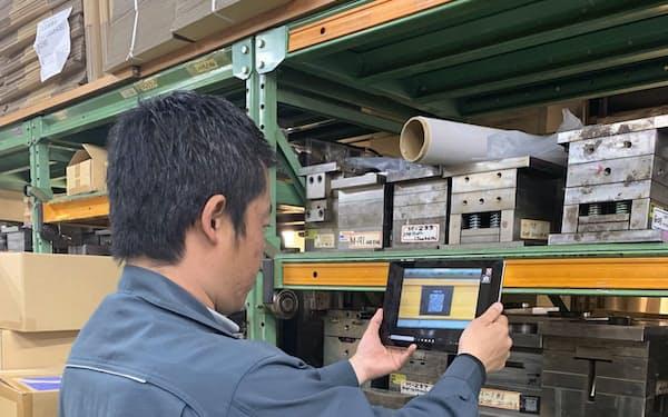 製造業ではタブレットなどITツールの活用事例が多い(川崎市内の工場)