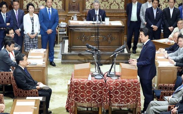 老後2000万円問題で立憲民主の枝野代表(左)の質問に答える安倍首相(19日)