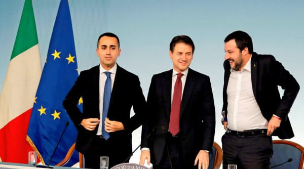 コンテ首相(中)を支える同盟のサルビーニ副首相(右)と五つ星運動のディマイオ副首相は少額債券発行に前向きな姿勢を示す=ロイター