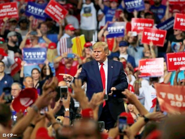 18日、トランプ米大統領は演説で2年半の実績を強調した(米フロリダ)=ロイター