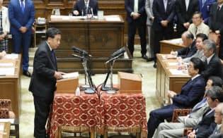 老後2000万円問題で立憲民主・枝野代表(左)の質問を聞く安倍首相(19日、国会内)