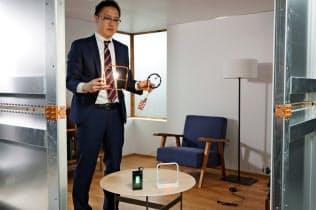 スマホや照明に磁界を使い電気を送れた(東京・文京の東京大学で)