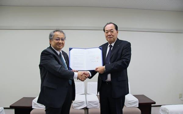 協定調印式に出席した大石副学長(左)と鈴木常務