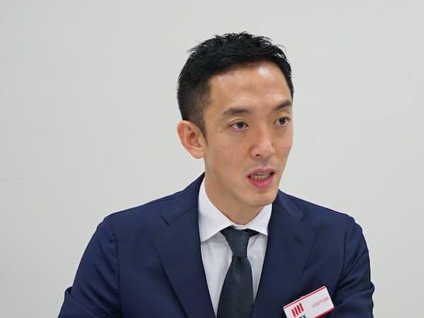 記者会見するSansanの寺田親弘社長