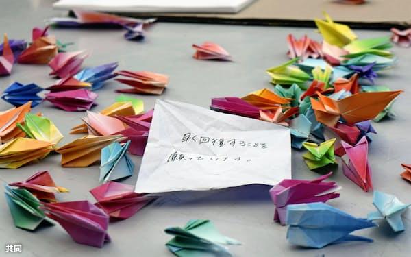 古瀬鈴之佑巡査の回復を願い佐賀工業高ラグビー部の部員らが折った千羽鶴(19日、佐賀市)=共同