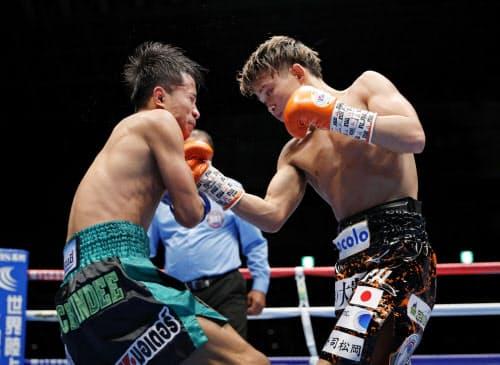 2回、タナワット・ナコーン(左)を攻める京口紘人(19日、幕張メッセ)=共同