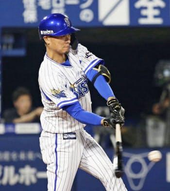 9回DeNA1死二塁、大和が左中間にサヨナラ二塁打を放つ(19日、横浜)=共同